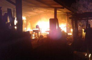 La madera ubicada en el lugar, así como muebles,  y unas 10 máquinas de uso del taller, fueron consumidas rápidamente por las llamas a pesar de los esfuerzos de los bomberos. Foto/Thays Domínguez