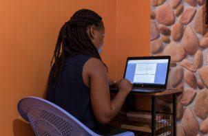 Mary Mbugua, de Kenia, ganó dinero cuando era estudiante al escribir ensayos para universitarios en EU. Foto/ Sarah Waiswa para The New York Times.