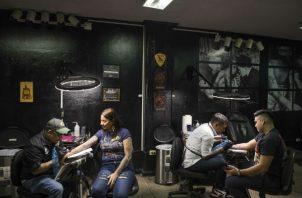 Los tatuajes, antes rasgo identificador de las pandillas violentas, son hoy populares entre ciudadanos comunes. Foto/ Daniele Volpe para The New York Times.