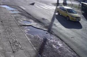Una vez se registra el hecho la conductora de un vehículo particular que observa lo sucedido le da persecución al conductor involucrado y lo obliga a regresar a la escena para conocer la condición del anciano.