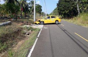 El selectivo con placa 8T-20328 fue a dar, contra un poste eléctrico en esta vía, del impacto el vehículo sufrió daños en la parte frontal. Foto/Diómedes Sánchez