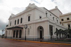 El Teatro Nacional tiene una capacidad de 853 personas.