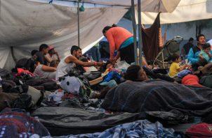 Integrantes de la caravana de migrantes centroamericanos descansan en el centro deportivo Benito Juárez, en Tijuana. FOTO/EFE