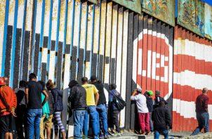 Migrantes ya se congregan en la valla fronteriza Tijuana-EE.UU. Foto: EFE.