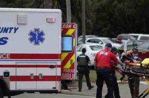 Una persona es transportada de la escena de un tiroteo, en Tallahassee, Florida. Un tirador mató a una persona e hirió a otras cuatro en un estudio de yoga en la capital de Florida antes de suicidarse el viernes, dijeron las autoridades. FOTO/AP