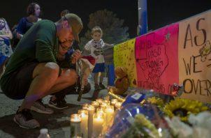 René Aguilar y Jackie Flores oran por las víctimas del tiroteo. Foto: AP.