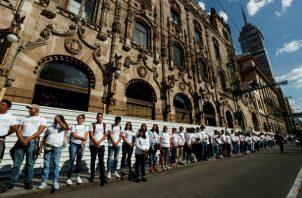 Estudiantes y sobrevivientes de la masacre de 1968 marchan en Ciudad de México. Foto: EFE.