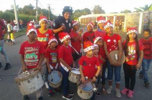 Atheyna Bylon con niños tamborileros en Torremolinos, Tocumen. Foto: Cortesía