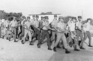 Estudiantes de la 12va Promoción, en una de sus caminatas diarias rumbo a sus aulas de clases. Foto: Cortesía del autor.