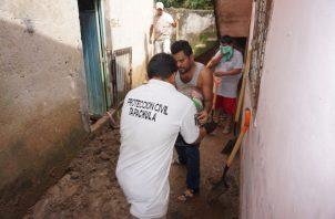 Protección civil ayuda a varios damnificados por la tormenta Lorena que azota México. FOTO/EFE