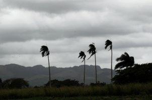 Los vientos de fuerza de tormenta tropical se extienden hasta 90 millas (150 km) al norte y este del centro de Humberto.