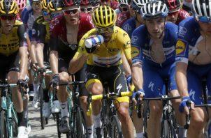 El francés Julien Alaphilippe con la camiseta amarilla de líder. Foto:AP