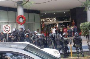 Los antimotines de la Policía Nacional llegaron para mantener el orden.