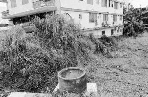 Lote donde se encuentra la tubería, la cual no pudo contener el caudal del agua. Además, no existe una continuidad del cronograma.  Foto: Cortesía de la autora.