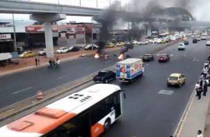 "Conductores del transporte ""pirata"" cerraron la Avenida Domingo Díaz, a la altura de Plaza Tocumen."