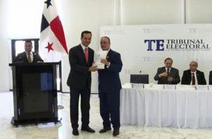 Hernando Carrasquilla recibió padrón en representación de CD. Twitter