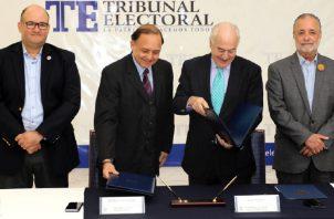 Los magistrados del Tribunal Electoral junto a un representante de la OEA. Foto: Cortesía