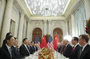 """En los próximos 90 días ambas potencias tratarán de completar las negociaciones en materia comercial y si cuando acabe ese periodo no hay acuerdo, """"los aranceles del 10% se subirán al 25%"""". FOTO/AP"""