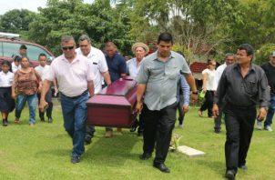 Familiares, estudiantes, docentes, vecinos y amigos asistieron al funeral. Foto: Melquíades Vásquez.