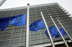 Imagen de banderas de la Unión Europea frente a la sede de la Comisión Europea en Bruselas. Foto: EFE