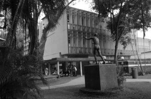 Un área del patio de la Facultad de Humanidades donde se desarrollaban las veladas culturales. Se observa el monumento Hacia la Luz, que representa al estudiante que, al entrar a ese centro de estudios, va en busca del conocimiento. Foto: Archivo.