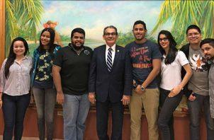 El rector de la Universidad Tecnológica de Panamá (UTP), Héctor Montemayor, junto a la Asociación Estudiantil de esta Casa de Estudios.