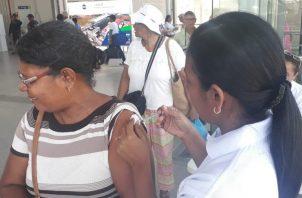 La vacuna contra la influenza debe colocarse todos los años.