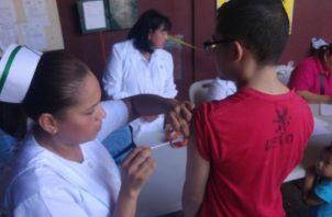 Todas las escuelas piden una copia de la tarjeta de vacunación de los estudiantes para meterlas en su expediente y así estar listos en todo momento. Foto: Panamá América
