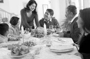 La familia, el pilar de la sociedad, se ha debilitado por la ausencia de los valores básicos, la práctica de  enseñanzas y buenas costumbres.