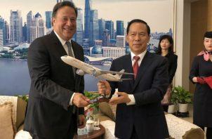 El mandatario Juan Carlos Varela junto al presidente de la aerolínea China Eastern, Liu Shaoyong. Foto / Cortesía.
