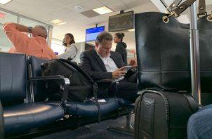 Captan al expresidente Juan Carlos Varela en un aeropuerto internacional. Foto: redes sociales.
