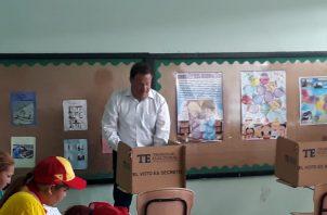 El presidente Juan Carlos Varela, emitió el voto en la escuela Ildaura Vieto, mesa 2504. Foto/Thays Domínguez