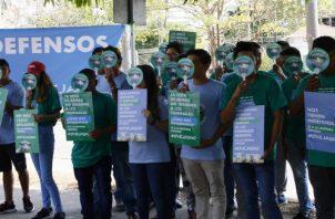 Panameños se quejan de que la veda actual los mantiene en indefensión contra el hampa armado.  Archivo
