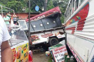 El  bus se enganchó con la estructura, y se vino abajo. Foto: Diómedes Sánchez