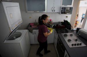 Ofrecen sus servicios para cuidar viviendas, realizar trámites, cuidar a los ancianos entre otras funciones. FOTO/EFE