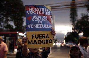 Venezolanos en el exterior salieron a las calles para apoyar a Juan Guaidó y para exigir la salida de Nicolás Maduro. FOTO/EFE