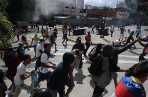 Un grupo de manifestantes se enfrentan a la Guardia Nacional. FOTO/EFE