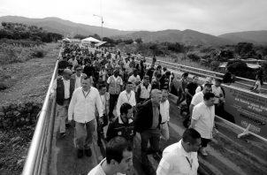 El alto comisionado de Naciones Unidas para los RefugiadosAcnur,Filippo Grandi,recorre el puente internacional Simon Bolivar,paso fronterizo entre Venezuela y Colombia, el pasado 8 de octubre.Foto EFE