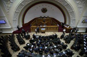 Líderes opositores sostienen una sesión para debatir las acciones contra el presidente venezolano Nicolás Maduro, en Caracas, FOTO/AP