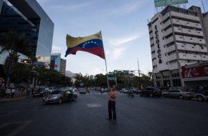Un grupo de personas recuerdan en una vigilia a las personas caídas en las últimas manifestaciones en Venezuela. FOTO/EFE