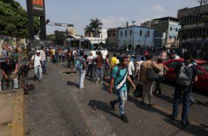 Los venezolanos enfrentan una dura crisis económica.