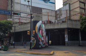Una estación cerrada del metro y varios centro comerciales continuaban sin luz en Caracas. FOTO/EFE