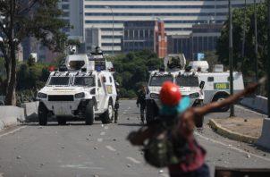 Tanquetas de la Guardia Nacional Bolivariana impiden el paso de simpatizantes del presidente de la Asamblea Nacional, Juan Guaidó, que participan en una manifestación en apoyo a su levantamiento contra el gobierno de Nicolás Maduro. FOTO/EFE