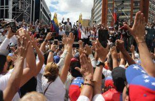 "Juan Guaidó se autoproclama como ""presidente encargado"" de Venezuela"