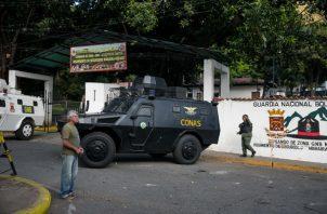 Vista externa del comando de la Guardia Nacional Bolivariana donde personas se manifiestan. FOTO/EFE