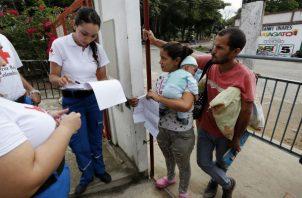 Personal de la Cruz Roja Colombiana atendiendo población venezolana en Arauca. Foto: EFE.