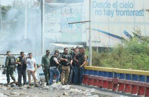 Cerca del puente, en ambos lados del país, hay mucha basura e incluso maleza quemada tras los disturbios que se han producido los últimos días.