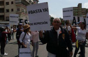 El equipo de Guaidó había denunciado que no les permitieron instalar una tarima en la zona.