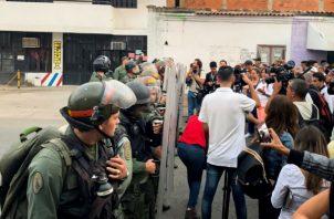 En la primera hora de la protesta hubo momentos en los que la tensión creció, como cuando los manifestantes movieron a la fuerza las barricadas puestas por los militares y avanzaron unos cinco metros más hacia el puente.