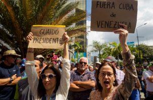 """Opositores denuncian la """"ilegitimidad"""" del gobierno de Maduro. Foto. EFE."""